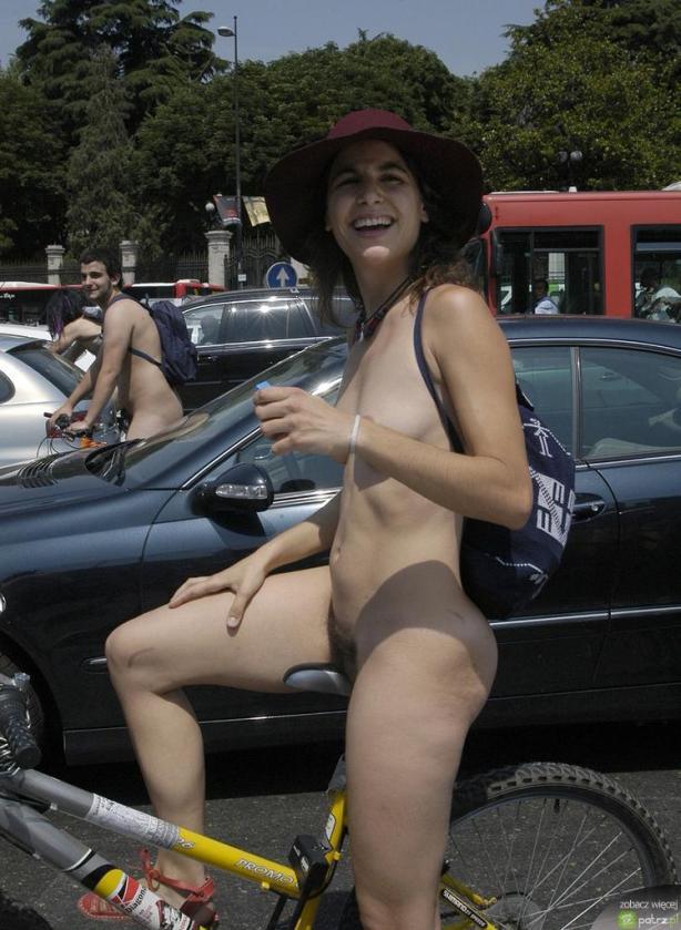 lolmetechie.wordpress.com_naked_girls_on_bikes_10