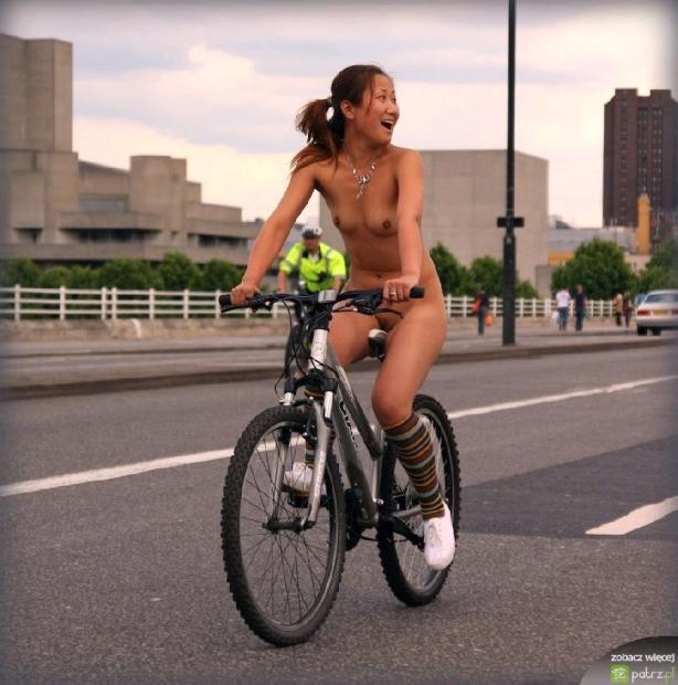 lolmetechie.wordpress.com_naked_girls_on_bikes_19