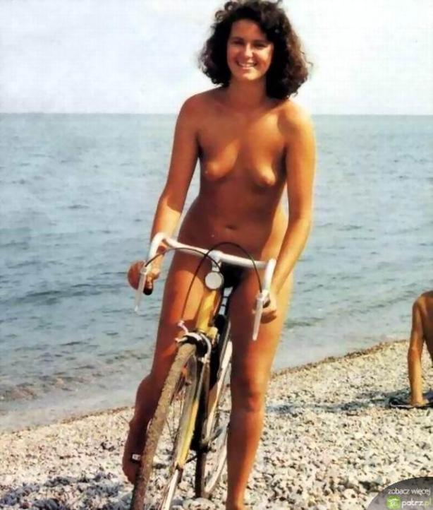 lolmetechie.wordpress.com_naked_girls_on_bikes_23