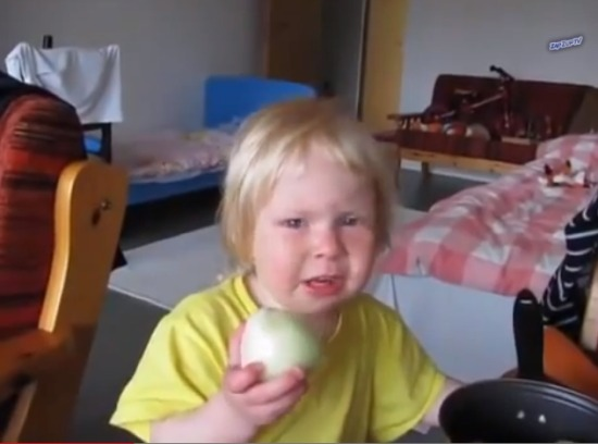 Little girl loves eating raw onion - Guyism